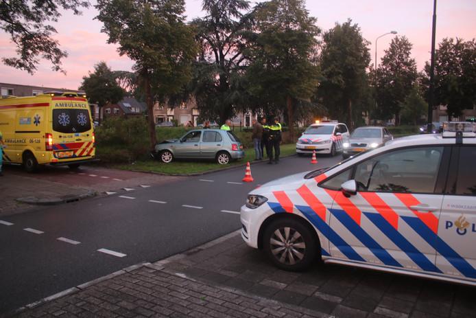Zaterdag vloog in de 'ongelukkenbocht' aan de Laan van de Mensenrechten in Apeldoorn opnieuw een auto uit de bocht en kwam tot stilstand tegen een boom. De gemeente doet na berichtgeving van de Stentor nu alsnog onderzoek.