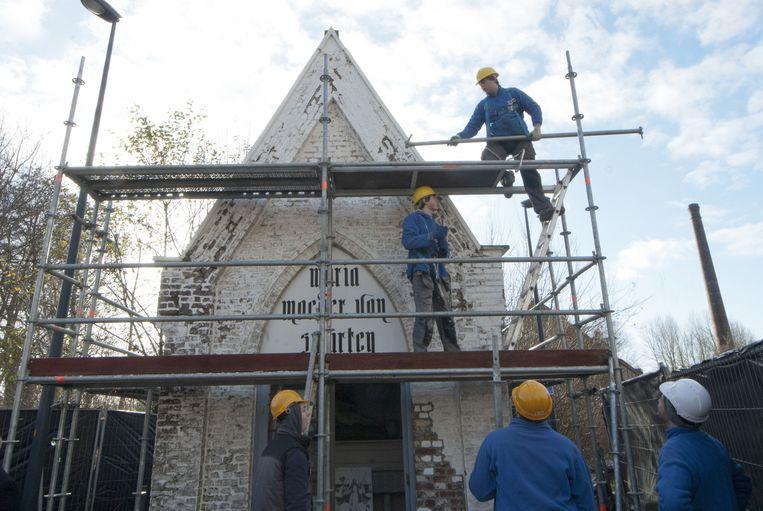De leerlingen aan het werk aan de kapel Maria Moeder van Smarten.