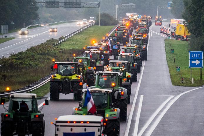 Foto ter illustratie. Drentse boeren op hun tractoren op de A28.
