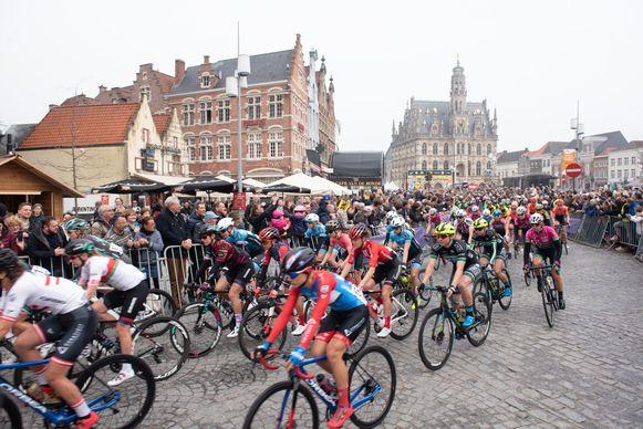 Ronde van Vlanderen - start van de dames op de Markt in Oudenaarde
