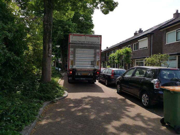 Een vrachtwagen perst zich door de Groen van Prinstererstraat in Veenendaal.