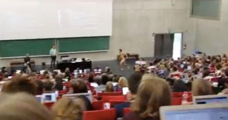 Student Yuri Debouvry rent naakt het auditorium in.