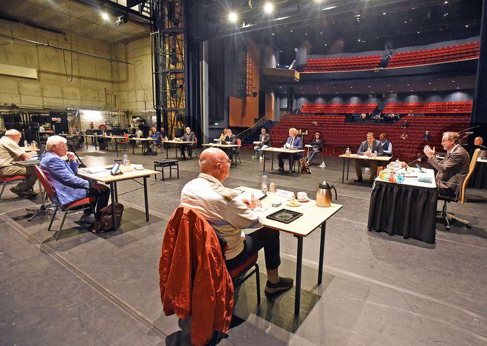 Op het podium van het Scheldetheater in Terneuzen voltrok zich donderdagavond in de Terneuzense gemeenteraad een schouwspel dat niet het theater misstond.