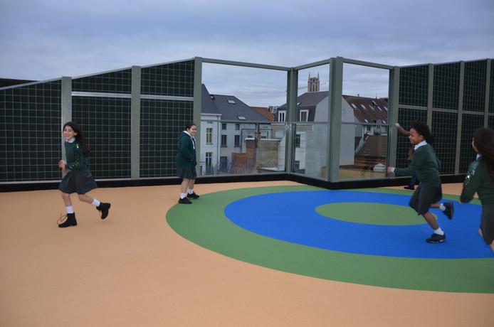 Spelen met zicht op de torens van Gent? Op de nieuwe 'dakspeelplaats' van de Sint-Bavobasisschool kan het.