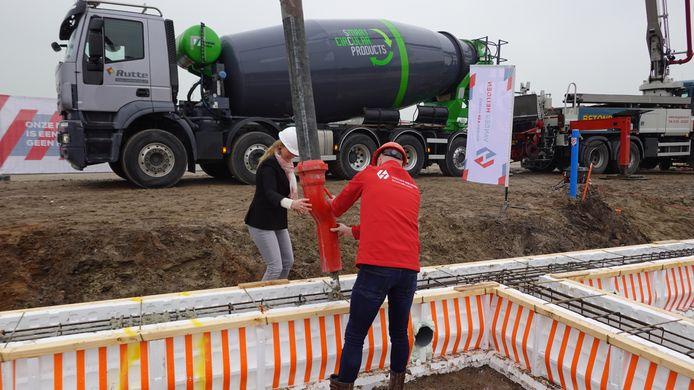 Karin Priem en Ferry Verstappen met de betonslang op de bouwplaats in Kaatsheuvel
