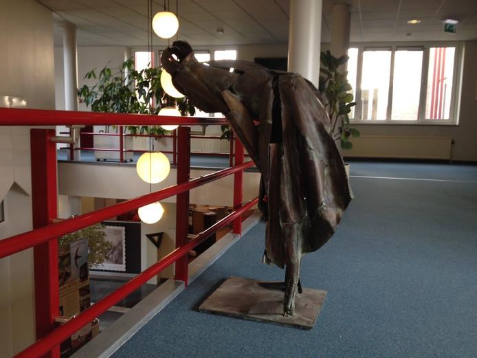 Het kunstwerk Leunende Vrouw van J.P. van Egmond in het gemeentehuis van Schijndel.