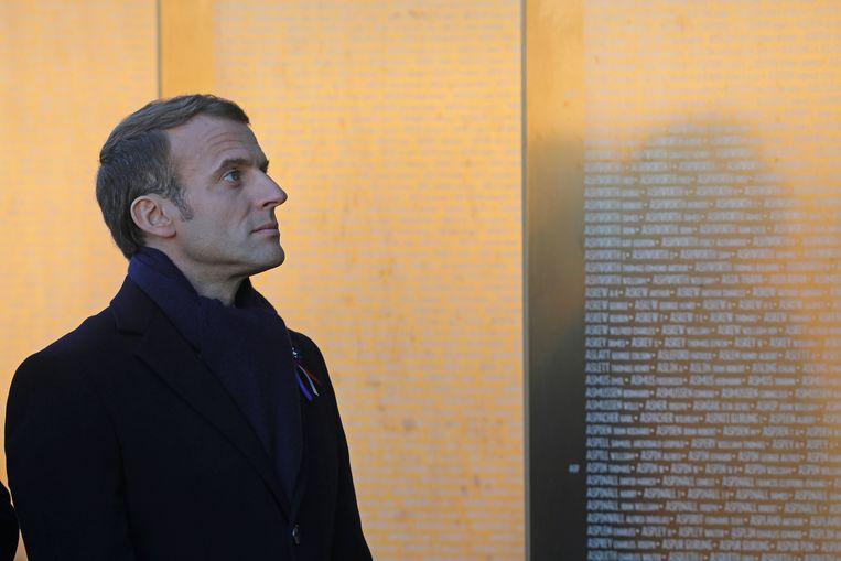De Franse president Emmanuel Macron bij een oorlogsmonument in Ablain-Saint-Nazaire in Frankrijk.