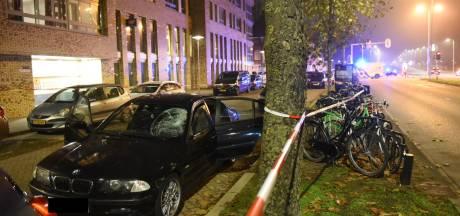 Zwarte BMW schept voetganger op Marnixlaan in Utrecht, bestuurder op de vlucht