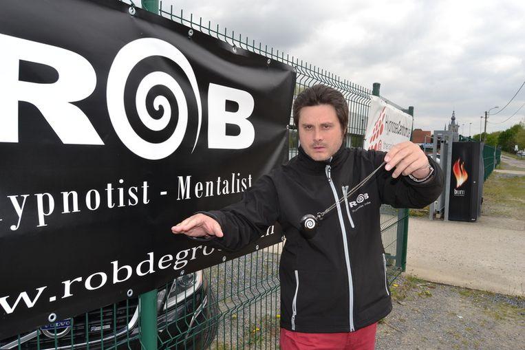 Rob De Groof kan iedereen met zijn pendel onder hypnose brengen.