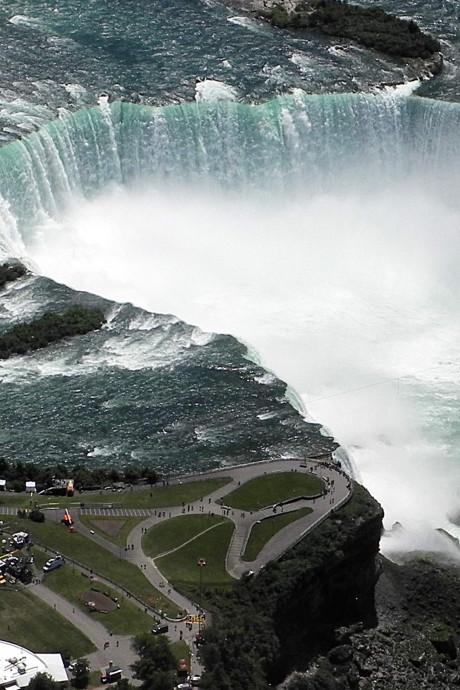 Les chutes du Niagara illuminées samedi en noir-jaune-rouge pour la fête nationale