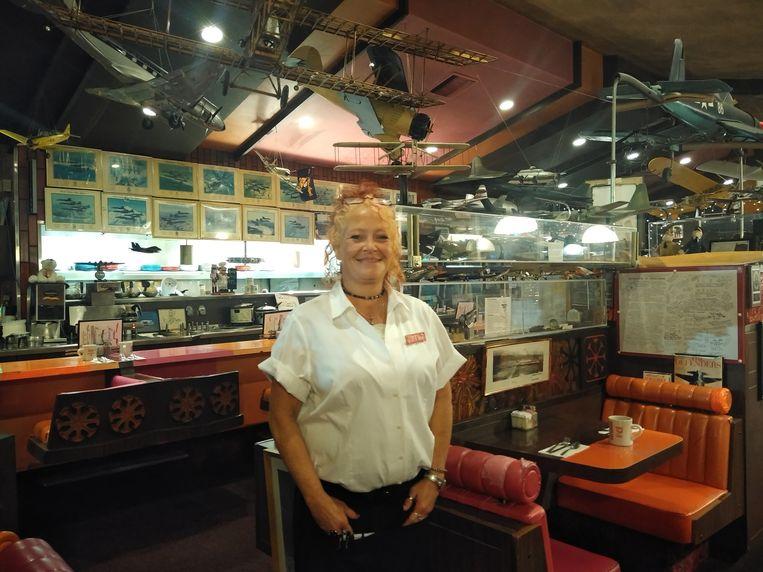 Serveerster Kirsten Meyers: 'Ik krijg elke dag mecaniciens over de vloer die zeggen dat het goedkomt.' Beeld Michael Persson / de Volkskrant