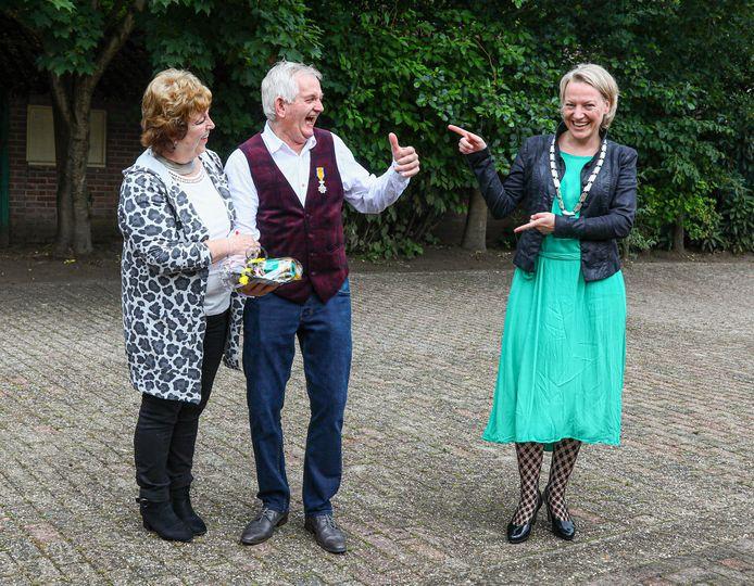 Erica van Lente heeft de koninklijke onderscheiding naar Marten van Leussen gebracht, thuis in Oudleusen. Zijn vrouw Roely geniet mee.