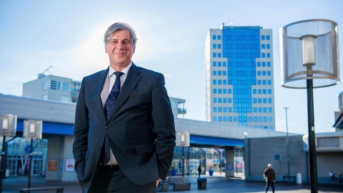 Burgemeester Peter Oskam beloofde binnen een jaar in Capelle te wonen.