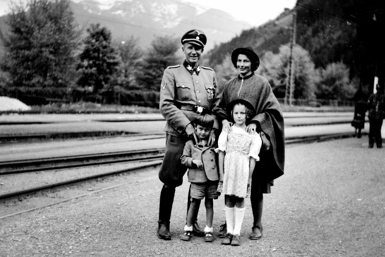 Otto en Charlotte Wächter in 1944 met hun kinderen Horst en Traute in Zell am See. Beeld Horst Wächter
