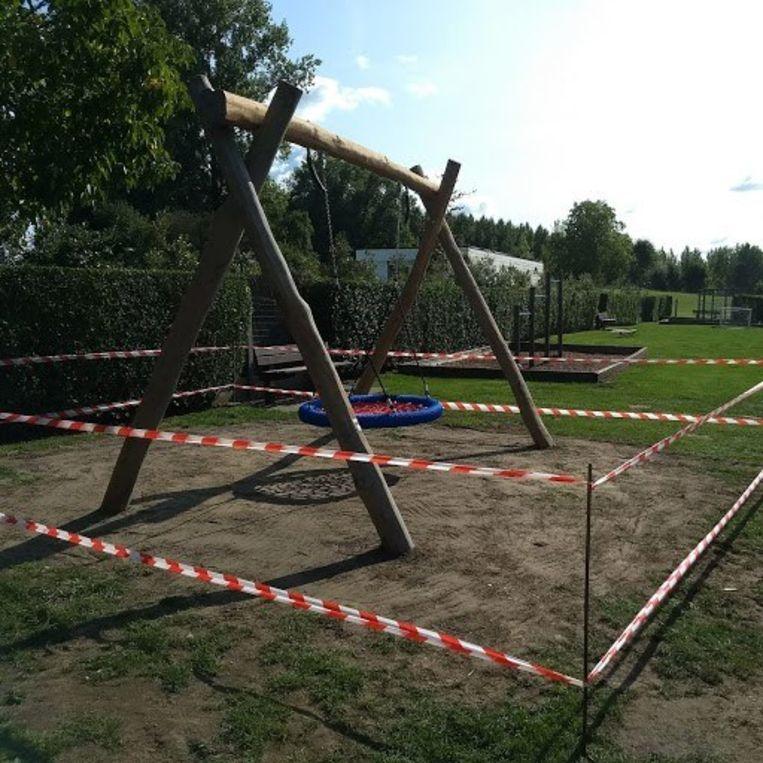 Het oudercomité zorgde voor een nieuw speeltuig in de tuin van de school.