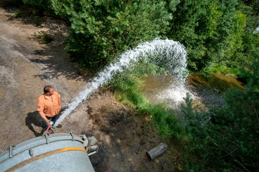 Johan Rap vult een poel met 7000 liter water.
