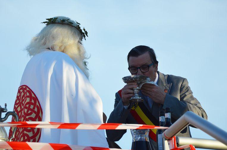 Burgemeester Guido De Padt drinkt visjes op de Oudenberg.