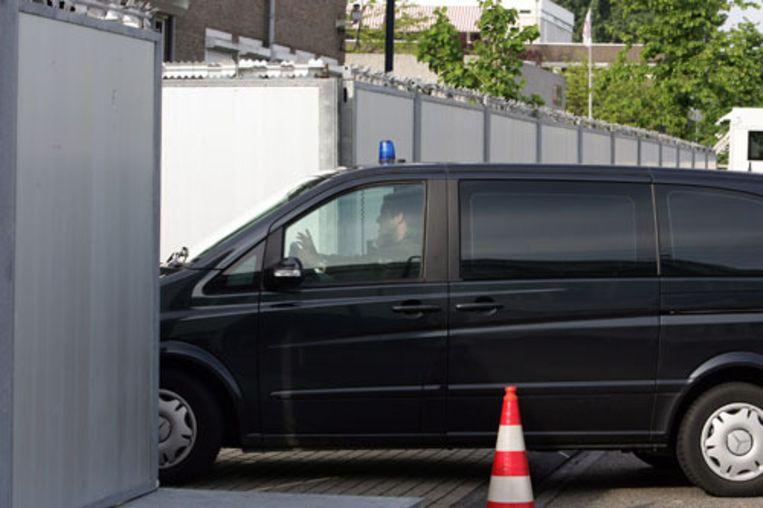In de beveiligde rechtbank in Amsterdam komen vrijdag de leden van de Hofstadgroep aan. Ze zijn veroordeeld tot celstraf vanwege deelname aan een terroristische organisatie. Het Openbaar Ministerie is in hoger beroep gegaan. Vandaag getuigt Mohammed B. (ANP) Beeld
