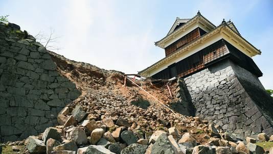 Een muur van het kasteel van Kumamoto is ingestort na de beving van vrijdag