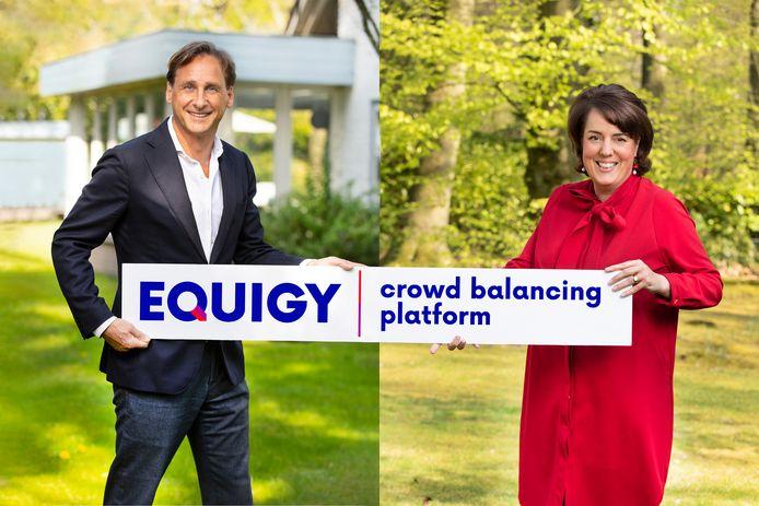 Topvrouw Manon van Beek en hoofd digitaal René Kerkmeester met het logo van het nieuwe revolutionaire platform Equigy.