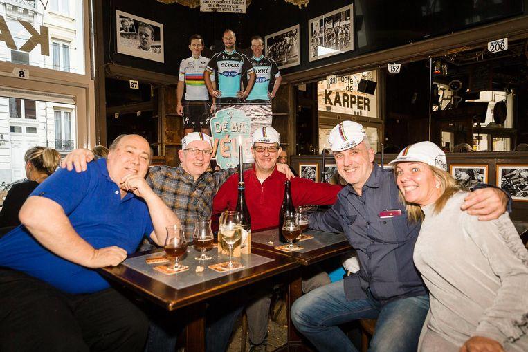 Enkele Britse supporters zijn aan het inpilsen in café De Karper van vader Iljo Keisse.