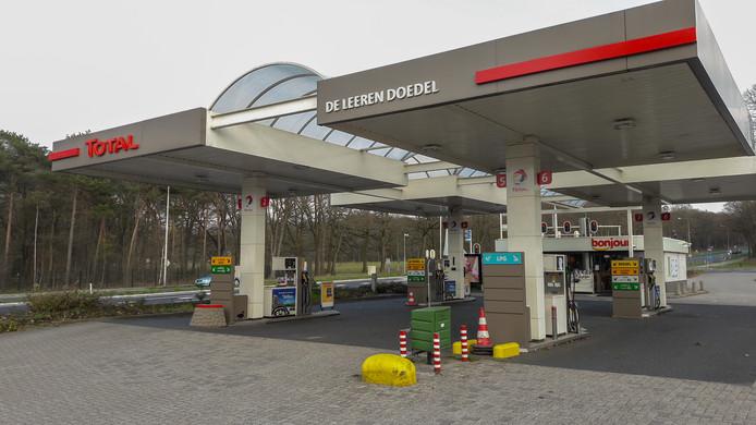Total-tankstation Leeren Doedel aan de Amsterdamseweg in Arnhem zit zonder brandstof, net als de Total aan de Nieuweweg in Groesbeek. Beide zaken zijn van de zelfde eigenaar.