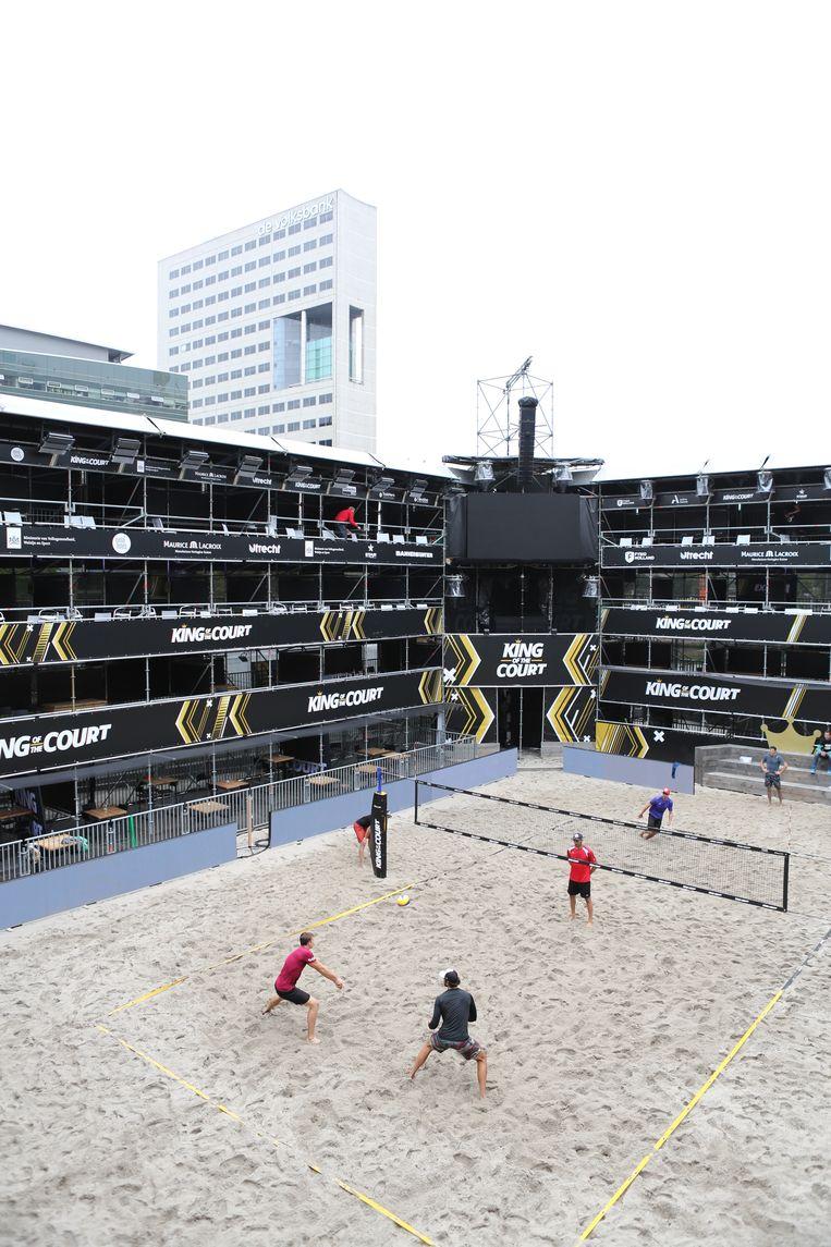 Een vollybaltraining tijdens het King of the Court-toernooi in Utrecht. Beeld BSR Agency