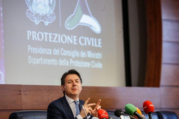 De Italiaanse premier Conte tijdens een persconferentie over het coronavirus. Beeld EPA