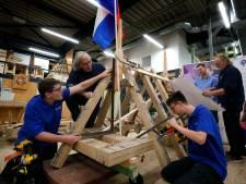 Leerlingen Omnia College bouwen klokkenstoel voor klok van Exoduskerk
