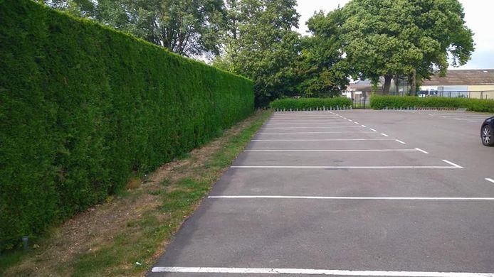 De opgeruimde parkeerplaats.