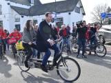 Asscher stapt op de fiets voor een betere Maaslijn