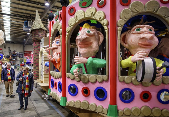 In de bouwhal aan de Ertveldweg kon afgelopen weekeinde al een kijkje genomen worden bij de carnavalswagens.