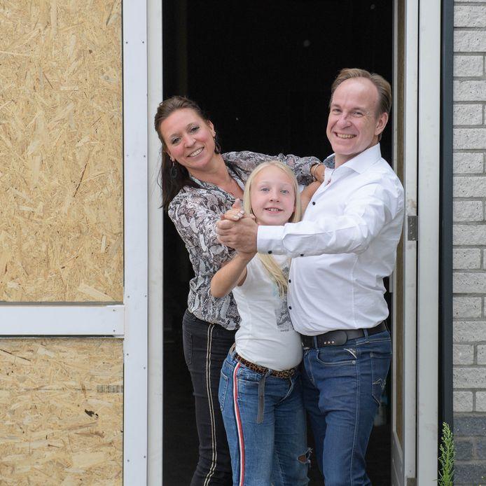 Gert Frederiks met partner Jana en dochter Julie aan de Berfloweg, waar straks meer ruimte is om te dansen.