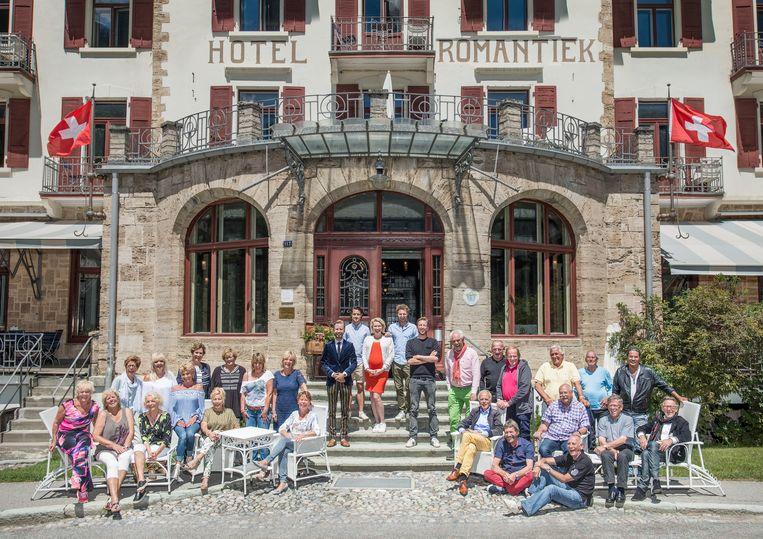 In en rond het Zwitserse Bergün hopen 24 zestigplussers met rolstoelraces en jodeltrainingen in 'Hotel Romantiek' een nieuwe vlam te vinden. Beeld RV