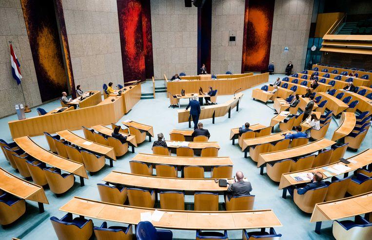 Een overzicht van de plenaire zaal tijdens een debat in de Tweede Kamer over de ontwikkelingen rondom het coronavirus. Beeld ANP
