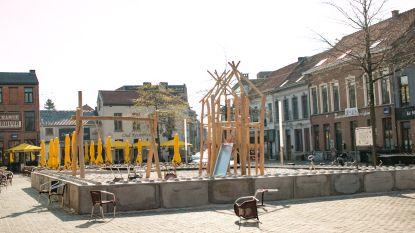 """Tijdelijke speeltuin op Sint-Nicolaasplein is niet onveilig: """"Betonblokken van 80 cm hoog zijn wettelijk in orde"""""""