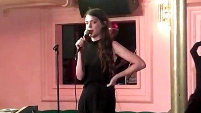 VIDEO. Vrouwen vallen Harvey Weinstein verbaal aan en worden uit bar gezet