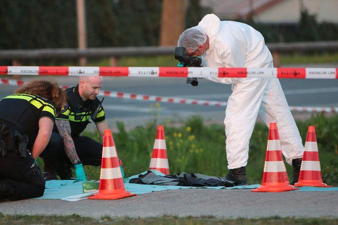 Tactisch en forensisch rechercheurs deden aan het begin van de avond uitgebreid onderzoek op het Zonneoord en op de Arckelweg in Poeldijk.