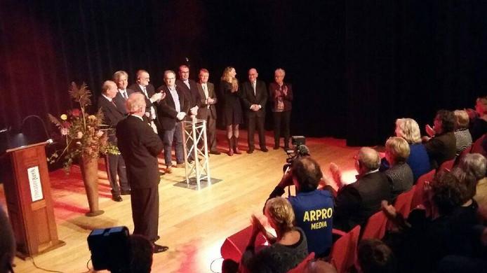 Mischa Heinink complimenteert het kerkbestuur. Foto