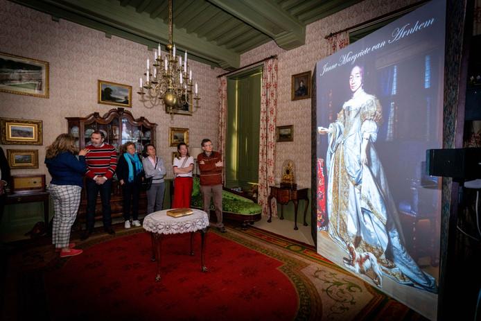 Fragment van de nieuwe animatiefilm in kasteel Rosendael, geprojecteerd op een 2 meter 80 hoog kamerscherm.