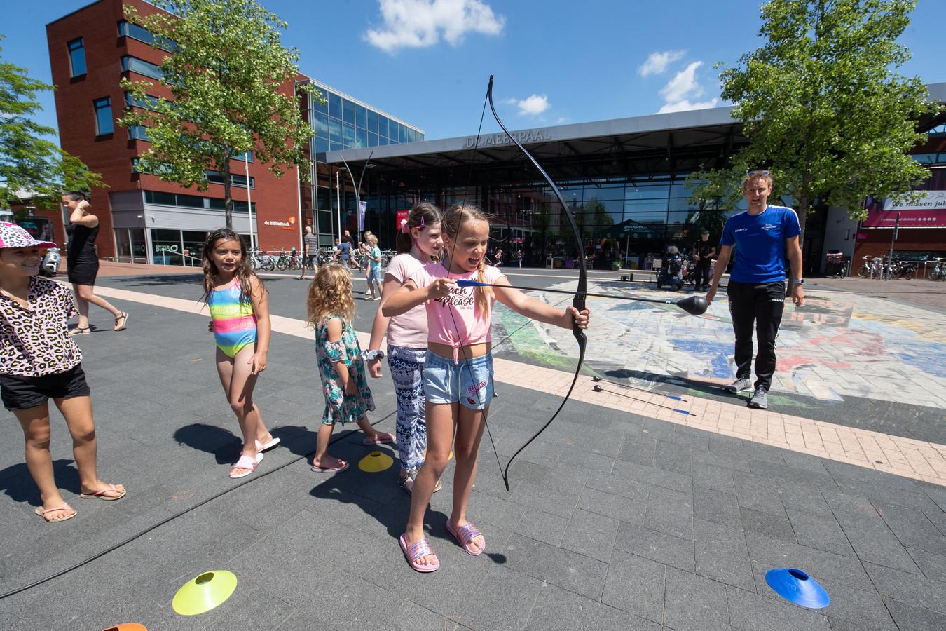 Om te vieren dat de terrassen weer open mogen, organiseerde winkeliersvereniging Suydersee samen met De Meerpaal in Dronten afgelopen zaterdag activiteiten op het Meerpaalplein. Zo waren er sport- en spelactiviteiten voor kinderen tot 12 jaar.