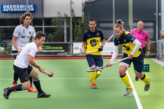 De Mezen (gele shirts) boekte een ruime overwinning op Barneveld.