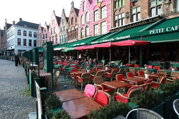 Een terras op de Markt in Brugge op archiefbeeld.