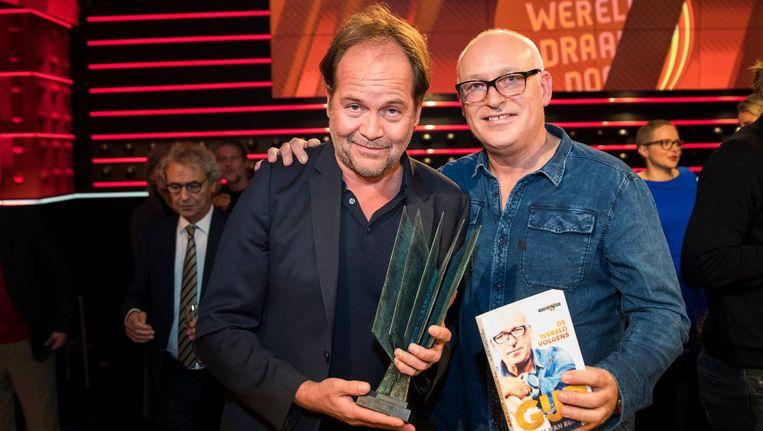 Winnaars Michiel van Egmond en Rene van der Gijp na de bekendmaking van de NS Publieksprijs. Beeld anp