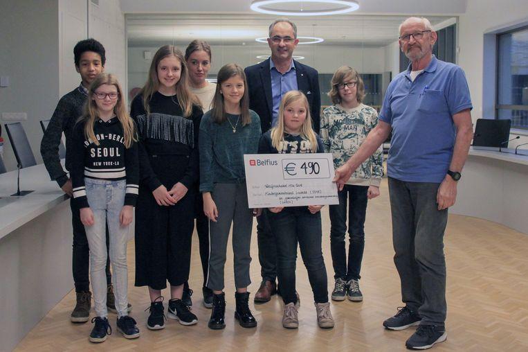 In het bijzijn van schepen Frank Sels overhandigde de Laakdalse kindergemeenteraad een cheque aan Leo Peeters die de vzw Hou-Vast vertegenwoordigde.