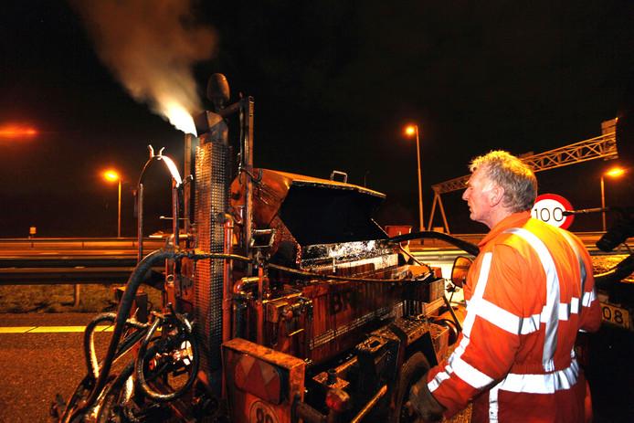 Nachtwerkers repareren schade aan het wegdek van de A2.