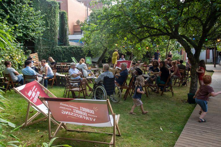 De stadstuin van de dekenij is enkele weken open voor het publiek in de pop-up bar Den Hof.