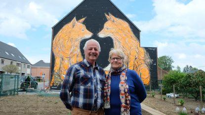 Reis naar Lourdes gaat niet door, maar zonen verrassen ouders met enorme muurschildering voor huwelijksverjaardag