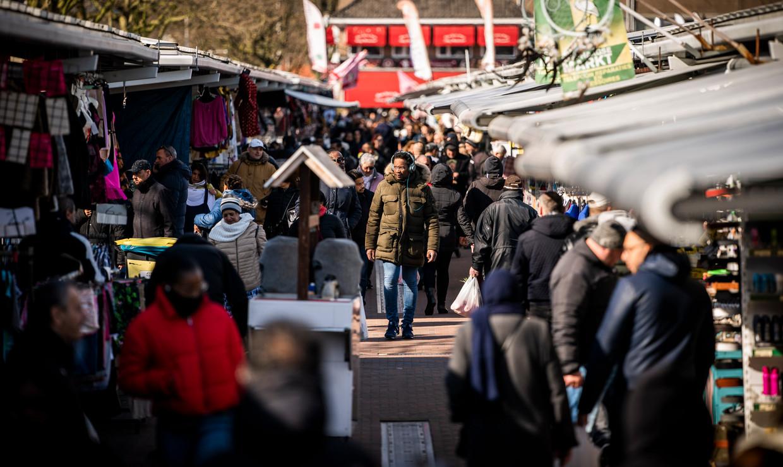 De Haagse markt was nog open zaterdag en trok veel bezoek.   Beeld Freek van den Bergh / de Volkskrant