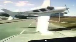 Neerstortend vliegtuigje knalt bijna op rijdende auto